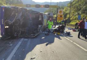 Vídeo | Ônibus de time Futsal tomba, deixa 2 mortos e 20 feridos