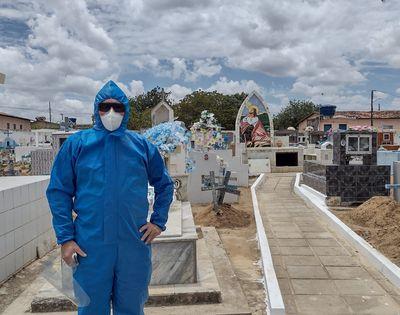 Aroldo Almeida momentos antes de sepultar o senador José Maranhão
