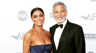 Em Los Angeles, Juliana Paes posa ao lado de George Clooney