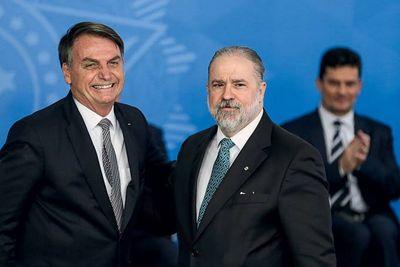Jair Bolsonaro e Augusto Aras durante posse do procurador, em 2019.