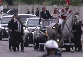 Cavalo se assusta e quase derruba primeira-dama em cerimônia de posse