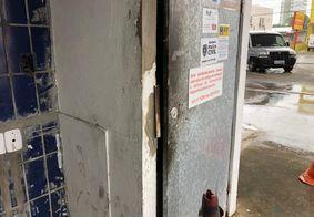 Bandidos danificaram porta de cofre, mas não conseguiram roubar dinheiro.