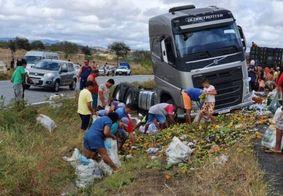 Caminhão com frutas tomba na BR-230, na Paraíba