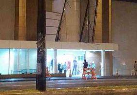 Parte de fachada de shopping cai em avenida movimentada de João Pessoa