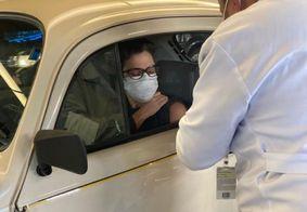 Sandra Annenberg é vacinada contra a covid-19 e Fusca rouba a cena