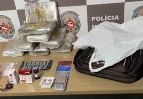 O material apreendido com o suspeito foi levado à central de polícia junto com o mesmo