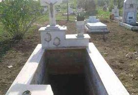 Três mulheres caem em túmulo durante enterro