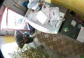 Homem invade restaurante em JP, rouba computador e faz lanche antes de fugir