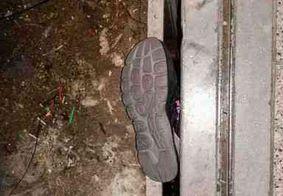 Mulher fica pendurada em vão de elevador após prender o pé