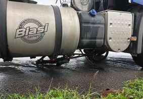 Idoso tem pernas esmagadas após atropelado por carreta na BR-101
