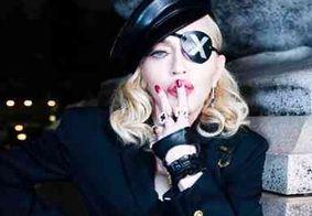 Madonna relembra foto sensual com seios à mostra; veja