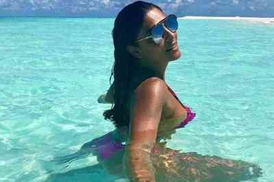 Em viagem de férias, Juliana Paes posa de fio-dental e mostra bronzeado