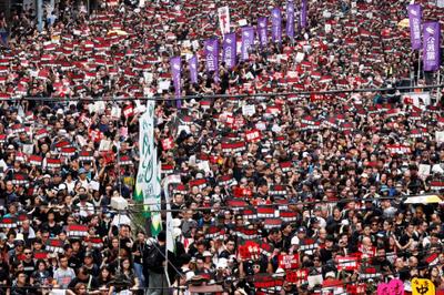 Manifestantes de Hong Kong derrubam barreiras que protegiam o Parlamento