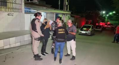 Dois homens são mortos e policial é detido após troca de tiros