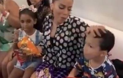 Anitta come salgadinho e limpa mão em cabeça de menino e vídeo viraliza; veja