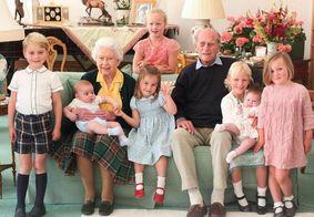 Família Real publica foto do Príncipe Philip com os bisnetos