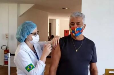 Lulu Santos recebe vacina e faz homenagem à equipe de Saúde com música; veja