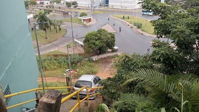 Motorista desce escadaria com carro