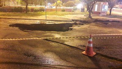 Asfalto cede e abre cratera em rua movimentada da Capital