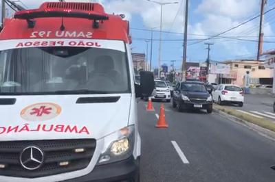 Jovem é atropelado por moto enquanto passava em faixa de pedestres na Zona Sul de JP