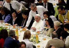 Papa Francisco oferece almoço a milhares de excluídos