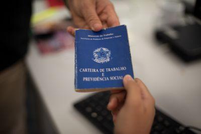 Carteira de trabalho é um dos documentos solicitados aos candidatos.