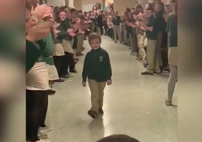 Menino que se livrou do câncer é aplaudido ao retornar às aulas e vídeo viraliza na web; veja