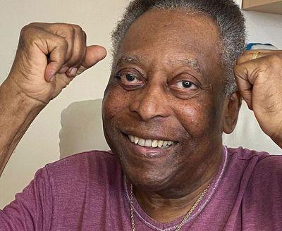 """""""Continuo cada dia mais alegre"""", diz Pelé ao receber alta da UTI"""