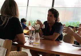 Ex de Marina Ruy, Xande Negrão é flagrado com duas mulheres em restaurante