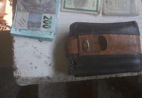 Pedreiro se emociona após recuperar carteira perdida com mais de R$ 1,1 mil