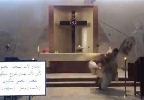Vídeo: padre é atingido por escombros em missa na hora da explosão no Líbano