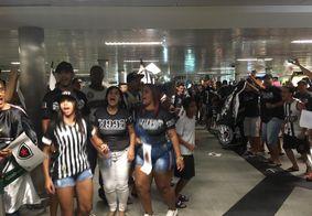 Torcida faz festa para recepcionar Belo no aeroporto, após classificação na Copa do Brasil