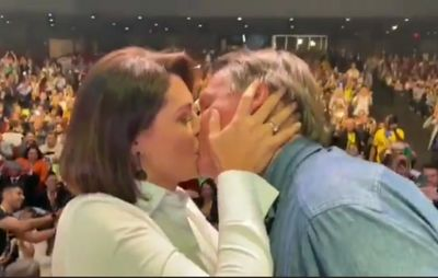 Bolsonaro beija esposa em evento