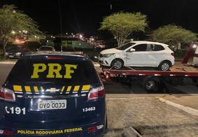 Homem é preso com veículo roubado após perder controle da direção e trocar tiros com a PRF