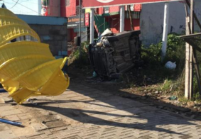 Carro capota, destrói parada de ônibus, atinge e mata pedestre