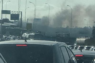 Vídeo: Carro pega fogo em viaduto de João Pessoa; trânsito fica congestionado