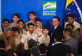 Jair Bolsonaro recepciona estudantes de escolas militares