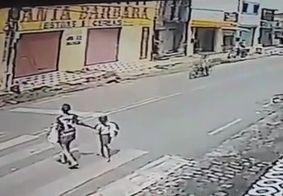 Vídeo: Motociclista atropela mulher e criança na faixa de pedestre na PB