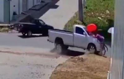 Câmera flagra momento em caminhonete atropela duas mulheres na PB