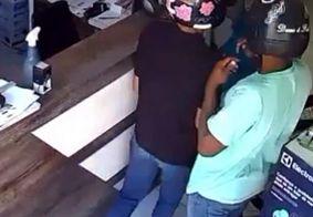 Criminosos invadiram o local e renderam a vítima