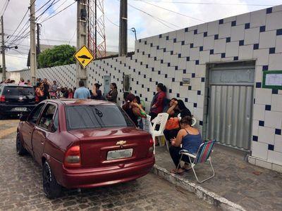 Pais dormem em fila desde o réveillon para garantir a vaga dos filhos em escola de João Pessoa