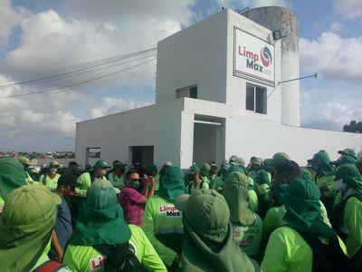 Funcionários da limpeza de JP paralisam atividades por atraso de salários