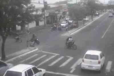 Vídeo: motorista 'fura' sinal vermelho e colide com motociclista