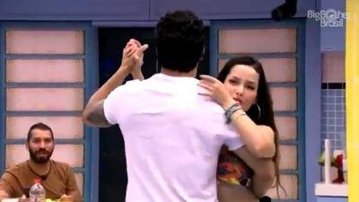 BBB 21 | 'Por que vocês não dão um beijo?', dispara Gil ao ver Juliette e Rodolffo dançando