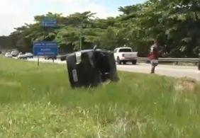 Vídeo: após capotamento, motorista vira carro e vai embora na Grande JP