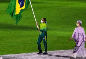 Rebeca Andrade carregando a bandeira do Brasil no encerramento das Olimpíadas