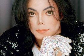 Luvas de Michael Jackson serão vendidas para comprar vacinas; veja