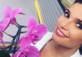 Apresentadora da TV Globo ganha flores ao vivo e manda indireta para o marido