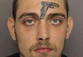 Homem com pistola tatuada na testa é preso por porte ilegal de arma