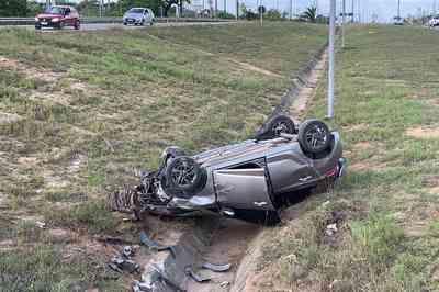 Veículo capota e vai parar em canteiro central de rodovia na Paraíba
